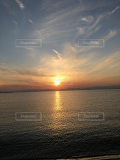 水の体に沈む夕日の写真・画像素材[779169]
