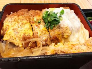 トレイの上に食べ物の種類でいっぱいのボックスの写真・画像素材[785256]