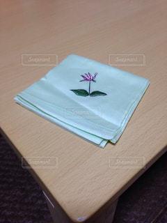 木製のテーブルに紙の作品の写真・画像素材[786079]