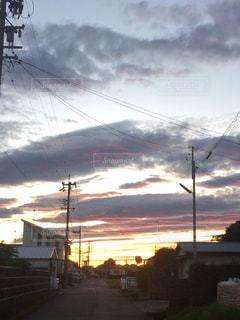 いつもとは違う夕日の写真・画像素材[866761]