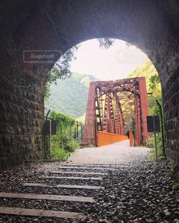 トンネルには石造りの建物の写真・画像素材[777945]