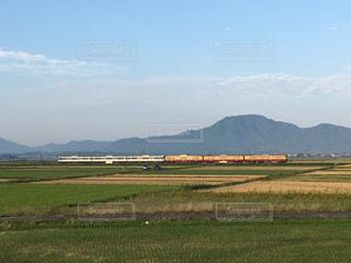 角田山をバックに走る115系電車懐かしの新潟色と第一次新潟色の組み合わせの写真・画像素材[861625]