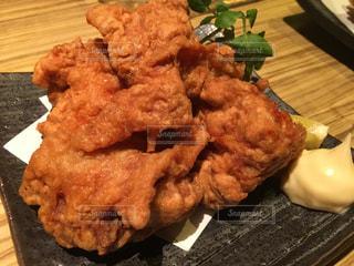 テーブルの上の鶏の唐揚げの写真・画像素材[862494]