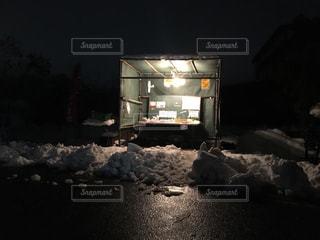 雪の農産物の販売所の写真・画像素材[907444]