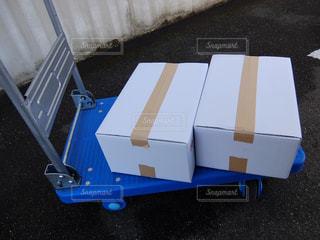 台車の上の白い箱の写真・画像素材[911437]