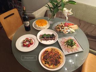 テーブルな皿の上に食べ物のプレートをトッピングの写真・画像素材[778870]