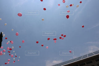 結婚式の空にたくさんの可愛い風船 - No.779215