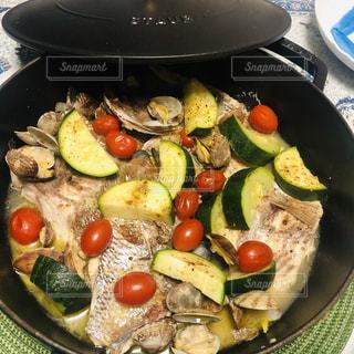 皿の上の食べ物の鍋の写真・画像素材[2265635]