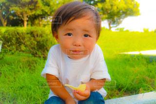 芝生に座っている小さな男の子 - No.781020