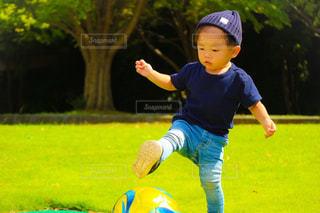 サッカー ボールで遊ぶ少年 - No.781023