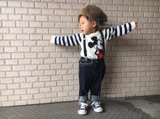 レンガ壁の前に立っている少年 - No.819966