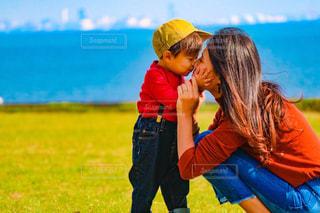 草の中に立っている少女の写真・画像素材[843572]