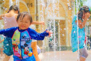 水体で泳ぐ子の写真・画像素材[1381515]