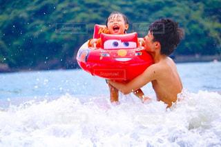 水の体のサーフィン ボードに乗る人の写真・画像素材[1394010]