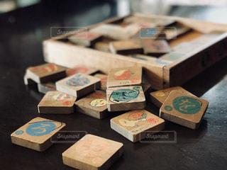 テーブルにセットお菓子の箱 - No.898108