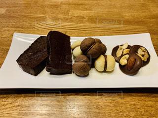 テーブルの上のチョコレートケーキの写真・画像素材[2457404]