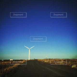 道路の先の風車の写真・画像素材[807118]