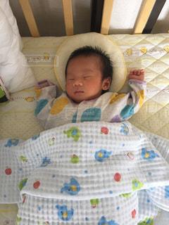 ベッドの上に座っている赤ちゃんの写真・画像素材[780155]