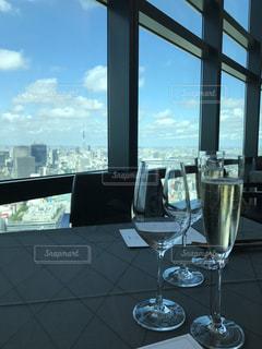 ウィンドウの横にあるワインのガラスの写真・画像素材[780577]