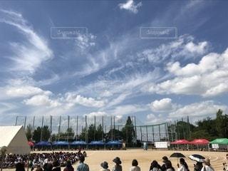 穏やかな日差しの秋の空の下の体育祭の写真・画像素材[790522]