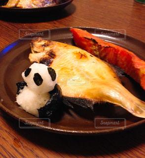 カレイの一夜干しと鮭の切り身、大根おろしのパンダを添えて。の写真・画像素材[794306]