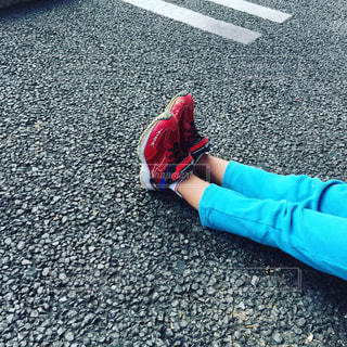 地面に横たわっている少年の写真・画像素材[781475]