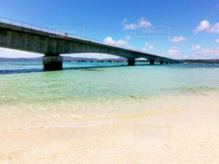 エメラルドの海と古宇利大橋の写真・画像素材[806081]