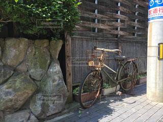 石の壁にもたれて自転車の写真・画像素材[804161]