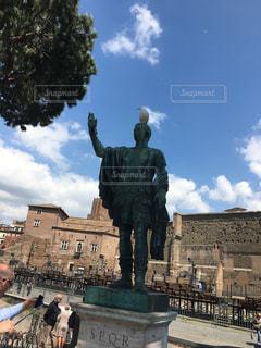 人と建物の前に立っている女性の像の写真・画像素材[783101]