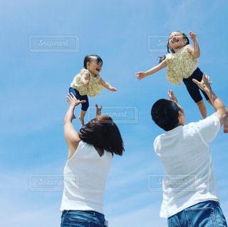 空気中のジャンプの人々 のグループの写真・画像素材[1622483]