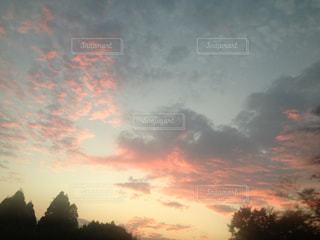 夕焼け空に浮かぶ雲のグループ - No.782780