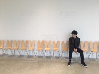 うさぎの上に座ってる男の写真・画像素材[782811]