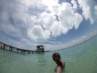 水の体の横に立っている女性の写真・画像素材[783243]