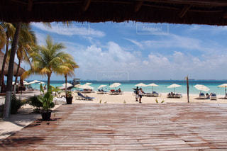 ビーチに座っている人々 のグループの写真・画像素材[783273]