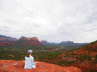 山の上に立っている人の写真・画像素材[1505797]