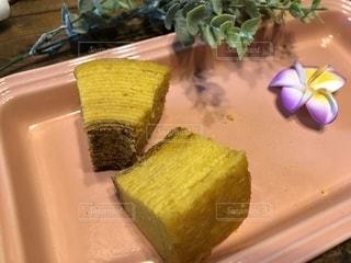 テーブルの上に座っているケーキの写真・画像素材[1533090]