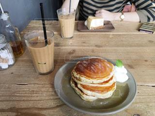 食品やコーヒー テーブルの上のカップのプレートの写真・画像素材[1043990]
