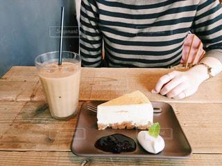一杯のコーヒーをテーブルに着席した人の写真・画像素材[1043991]