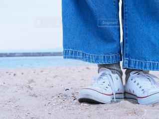 青い靴を履いて足のペアの写真・画像素材[1043998]