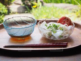 テーブルの上に座って食品のボウルの写真・画像素材[1175081]