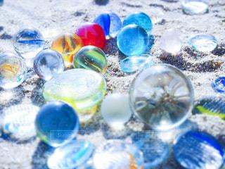 青いボールとガラスの写真・画像素材[1292301]
