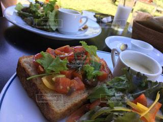 テーブルの上に食べ物のプレートの写真・画像素材[785588]