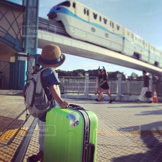スーツケースを引っ張っての写真・画像素材[784015]