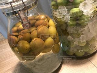 テーブルの上のオレンジのボウルの写真・画像素材[786686]
