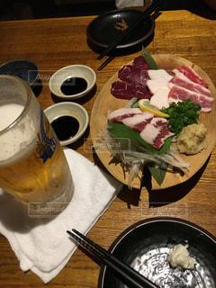 馬刺しとビールの写真・画像素材[784071]