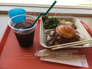 テーブルの上に座って食品のプレートの写真・画像素材[784079]