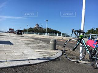 自転車は、道路の脇に駐車の写真・画像素材[842325]