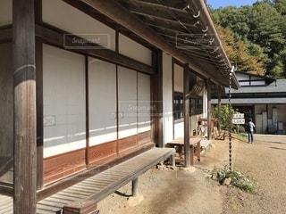 建物の側に縁側の写真・画像素材[881219]