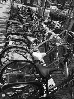 建物の側に駐車した自転車の写真・画像素材[1012939]