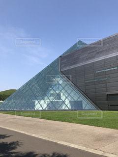 ガラスのピラミッドの写真・画像素材[1023293]